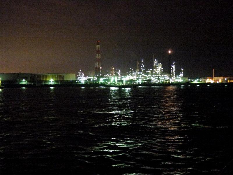 100605a 横浜港ピア象の鼻を出航し ベイブリッジを抜け 本牧埠頭を観ながら 光の...
